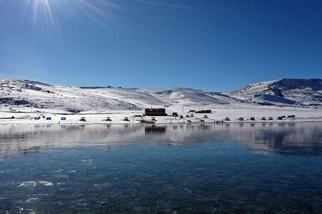 Yüzeyi tamamen buz tuttu... Balık Gölü ziyaretçilerini cezbediyor