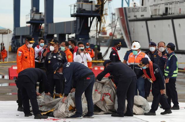 Endonezya'da düşen yolcu uçağından ilk sinyal alındı