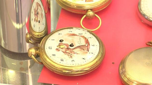 Topladığı antika saatleri 'online müzayede' ile satıyor