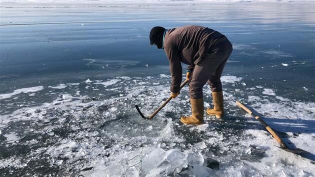 Buz tutan Çıldır Gölü'nde ailecek Eskimo usulü balık avı