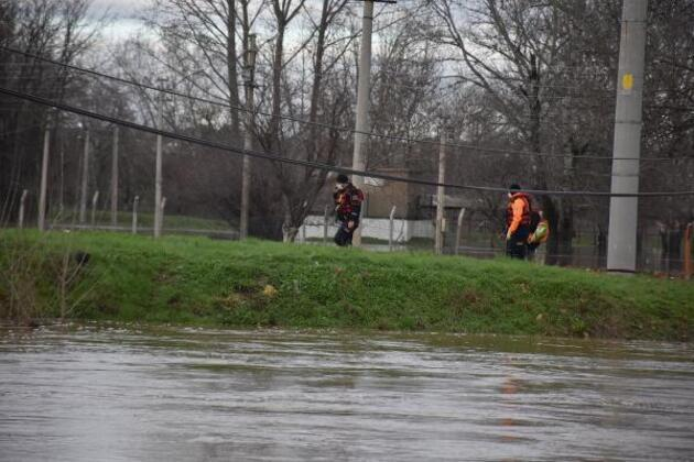 Tunca Nehri taştı: Mahsur kalan sürücüyü AFAD kurtardı