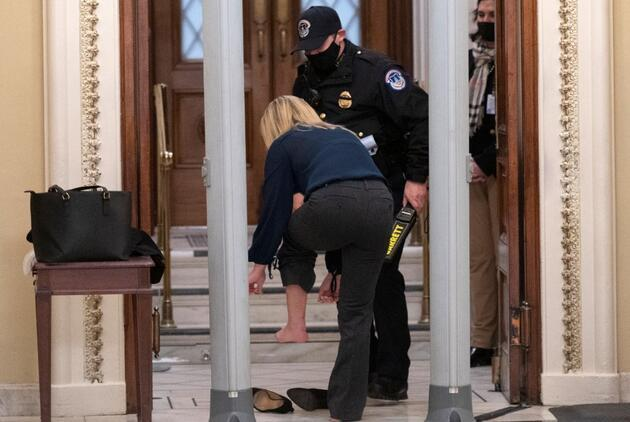 ABD Kongre binasında yemin töreni alarmı: Ayakkabılarına kadar aranıyorlar
