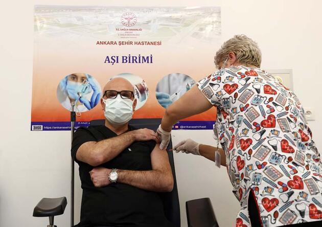 Son dakika haberi... Bilim Kurulu üyelerine, CoronaVac aşısının ilk dozu yapıldı