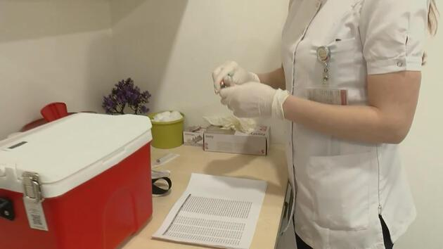 İlk aşılar sağlık çalışanlarına yapılmaya başlandı