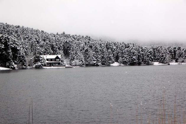 Gölcük Tabiat Parkı'nda kar manzarası hayran bıraktı
