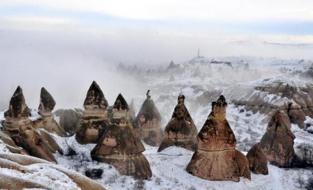 Kapadokya'da beyaz örtü kartpostallık görüntüler oluşturdu