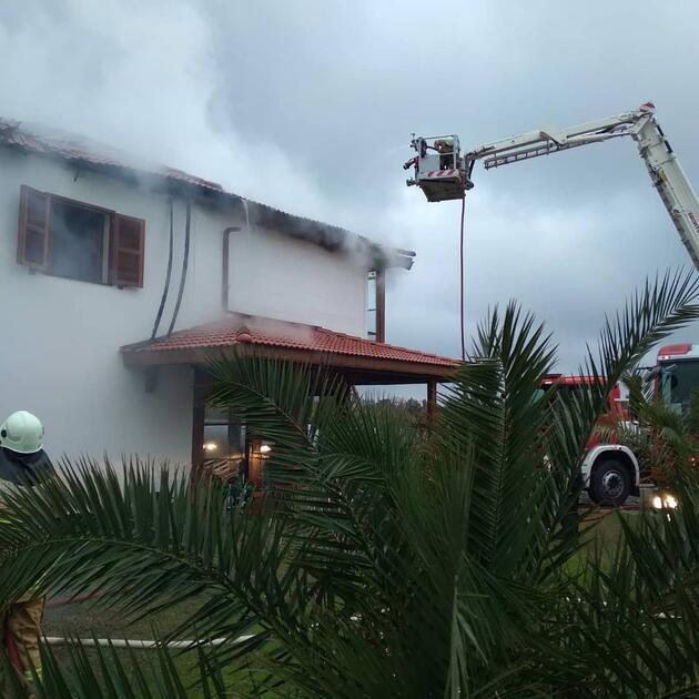 Çatıdaki yangın paniğe yol açtı