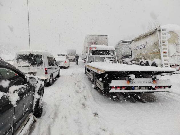 Anadolu Otoyolu'nda ulaşım çift yönlü durdu