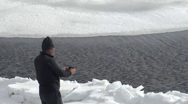 Çıldır Gölü'nde iki farklı manzara: Bir yanı çözüldü, bir yanı hala buzlu