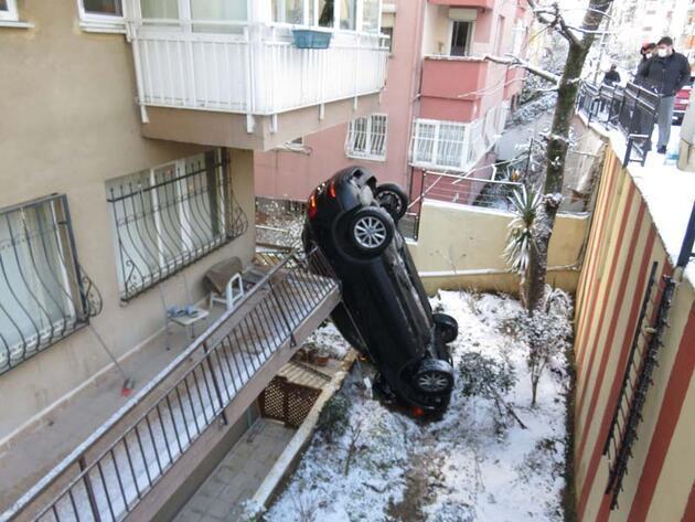 Üsküdar'da ilginç kaza! Apartmanın bahçesine uçan araç dik durdu