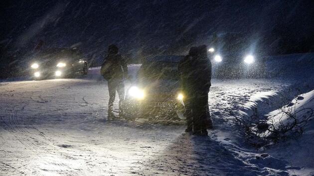 Kar eğlencesi için gittiler, yolda mahsur kaldılar