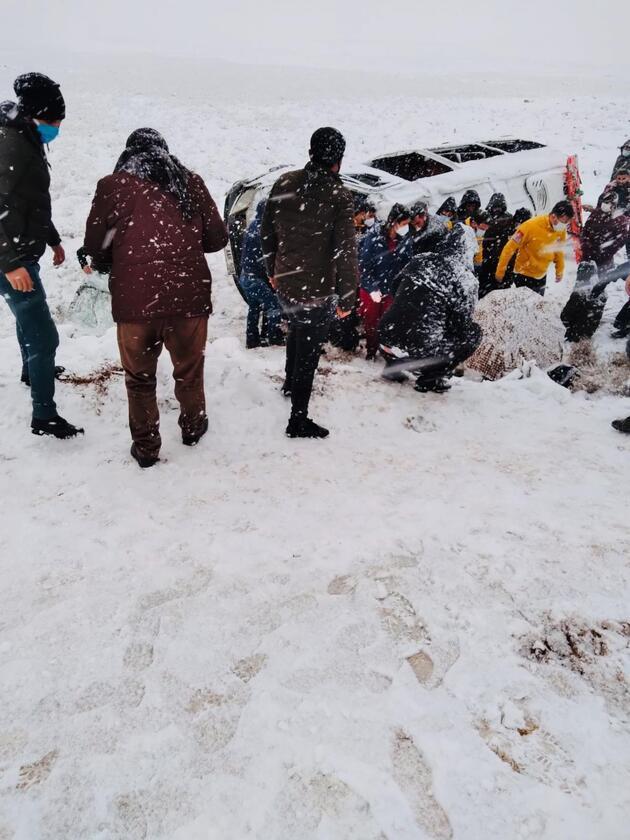 Kar yağışı sonucu iki minibüs devrildi: 22 yaralı