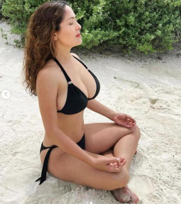 Salma Hayek bikinili fotoğraflarıyla dikkat çekti