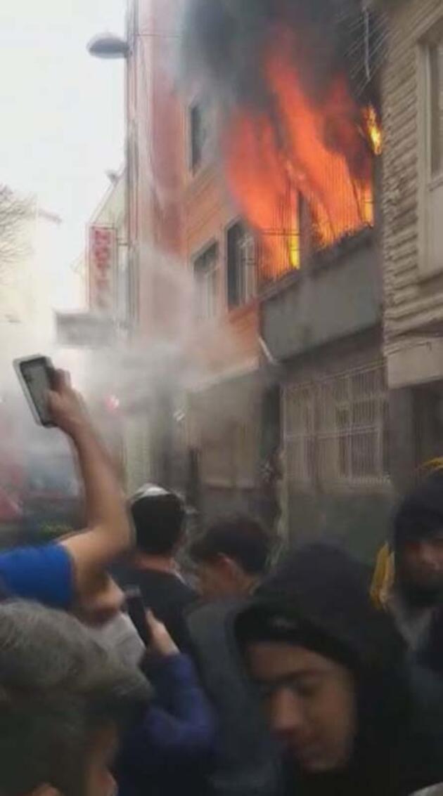Fatih'te 2 katlı bina alevlere teslim oldu