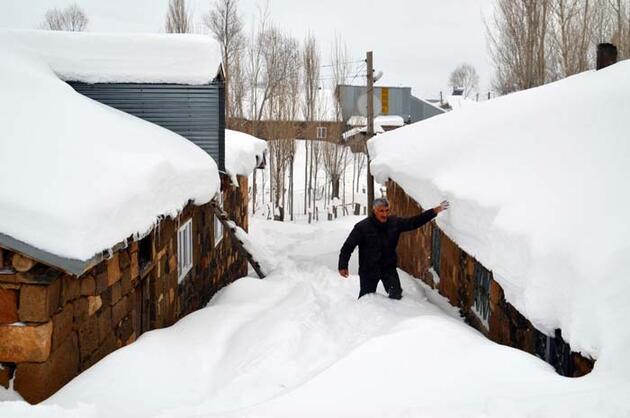 Köy kara gömüldü! Tek katlı evlerine kar tünellerinden girip çıkıyorlar
