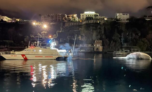 İtalya'da 70 tonluk ölü balina kıyıya vurdu