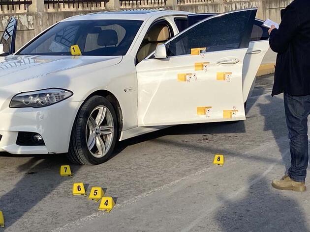 Kurşun yağdırdılar! İstanbul'da lüks otomobile silahlı saldırı