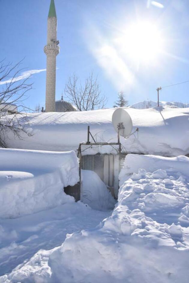 Kentte kar yağışı 2 metreye ulaştı, tek katlı evler kara gömüldü