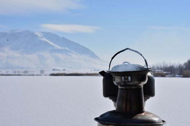 Buz tutan göl üzerinde çay keyfi! Günübirlikçilerin uğrak yeri oldu