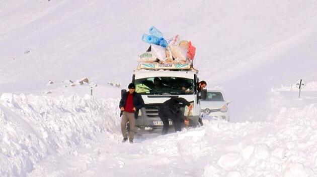 Karda mahsur kalan 60 kişi 4 saatte kurtarıldı