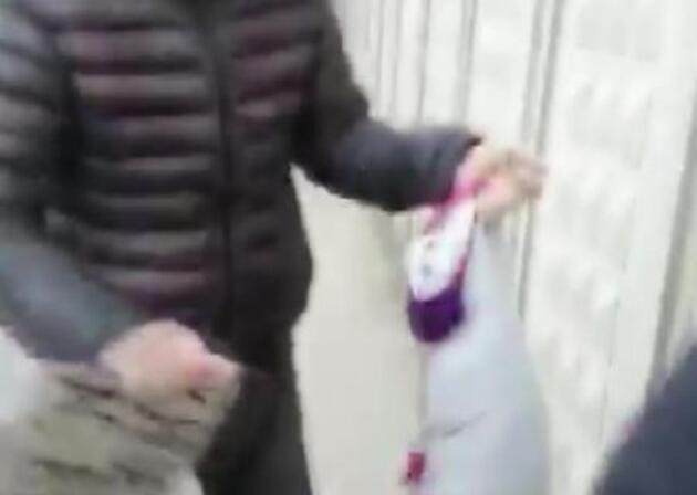 Dilenen kadının kucağından bez bebek çıktı