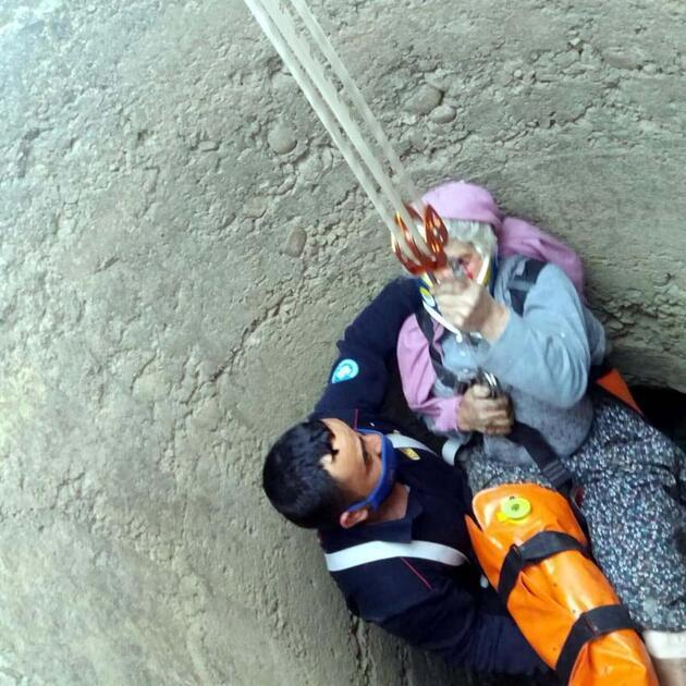 70 yaşındaki Fadime teyzeyi düştüğü kuyudan itfaiye kurtardı