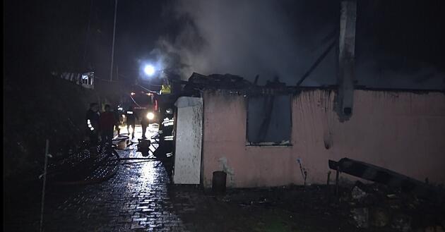 Ocakta unutulan yemek evi yaktı