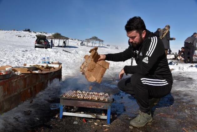 Türkiye'nin en sıcak şehrinde kayak sezonu başladı