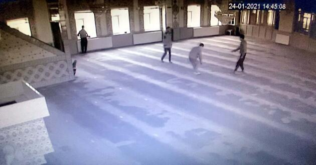 Camiye giren 5 çocuk ortalığı birbirine kattı