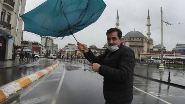 Taksim'de yağmur ve rüzgar zor anlar yaşattı