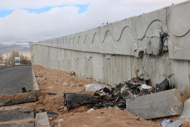 Otomobil, istinat duvarına çarptı: 3 ölü