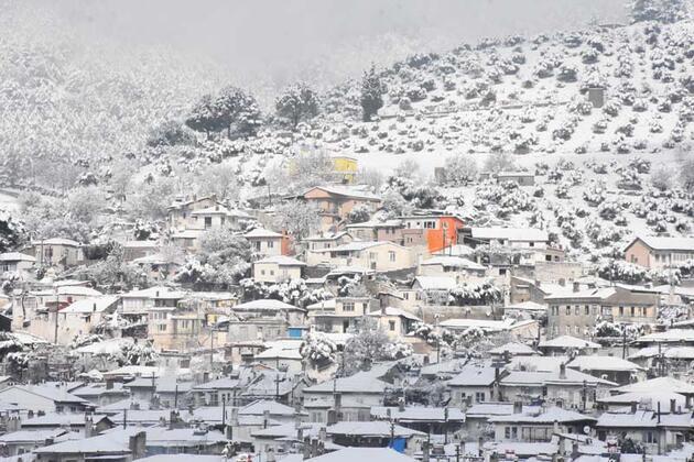 Beyaza bürünen tarihi Muğla evleri havadan görüntülendi