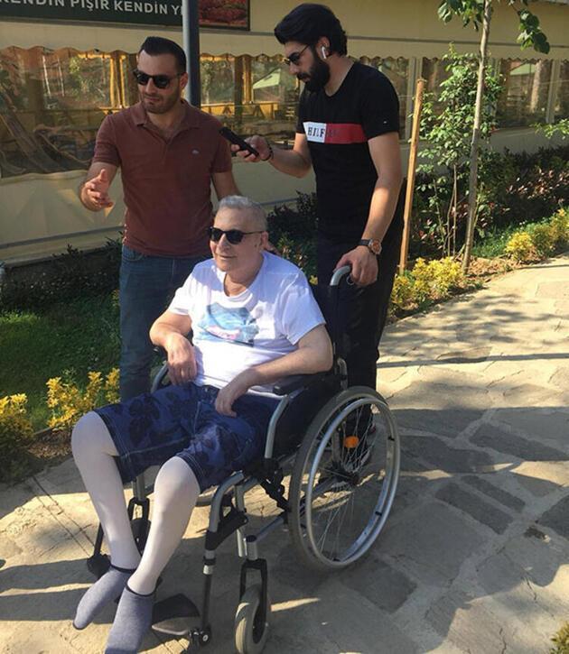 Mehmet Ali Erbil yeni yaşını evde ailesiyle kutladı