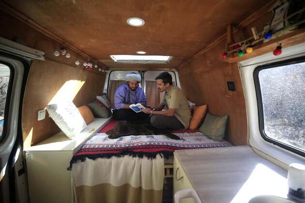 Kafadar gençler karavana dönüştürdükleri minibüsle Türkiye'yi dolaşıyor