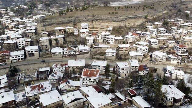 Safranbolu'nun tarihi konakları karla beyaza büründü