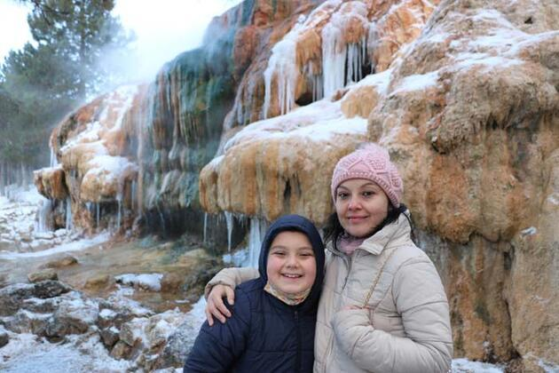 Dondurucu soğuk nedeniyle sıcak su şelalesi buz tuttu