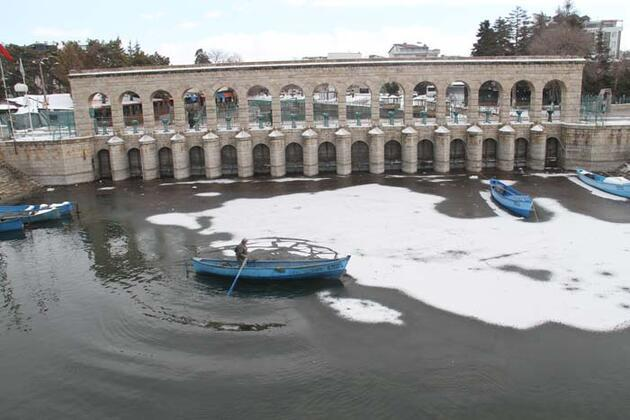 Kıyıları buz tutan Beyşehir Gölü'ne yağan kar güzel görüntüler oluşturdu