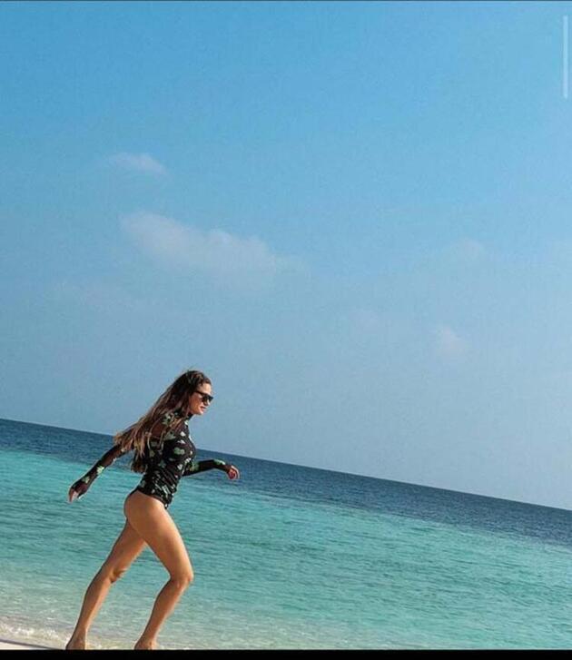 Serenay Sarıkaya tatil pozlarını sunmaya devam ediyor