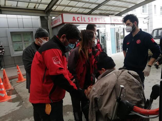 NAK ekipleri, ayağı kırılan hastayı merdivenli sokaktan evine sedyeyle taşıdı