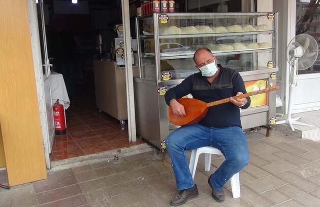 Künefe ustası müşterilerini mani ve türkülerle karşılıyor
