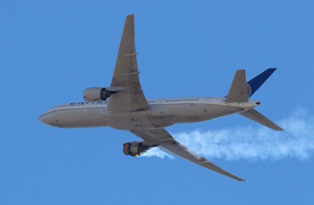 ABD'de yolcu uçağının motoru alev aldı, parçaları evlerin üzerine düştü