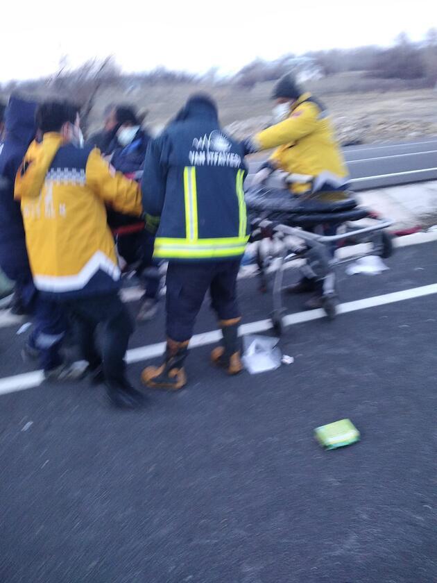Kontrolden çıkarak takla atan pikapta sıkışan 4 kişiyi itfaiye kurtardı