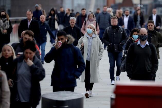 İngiltere'de aşılama programı sonrası koronavirüs yasakları gevşetiliyor