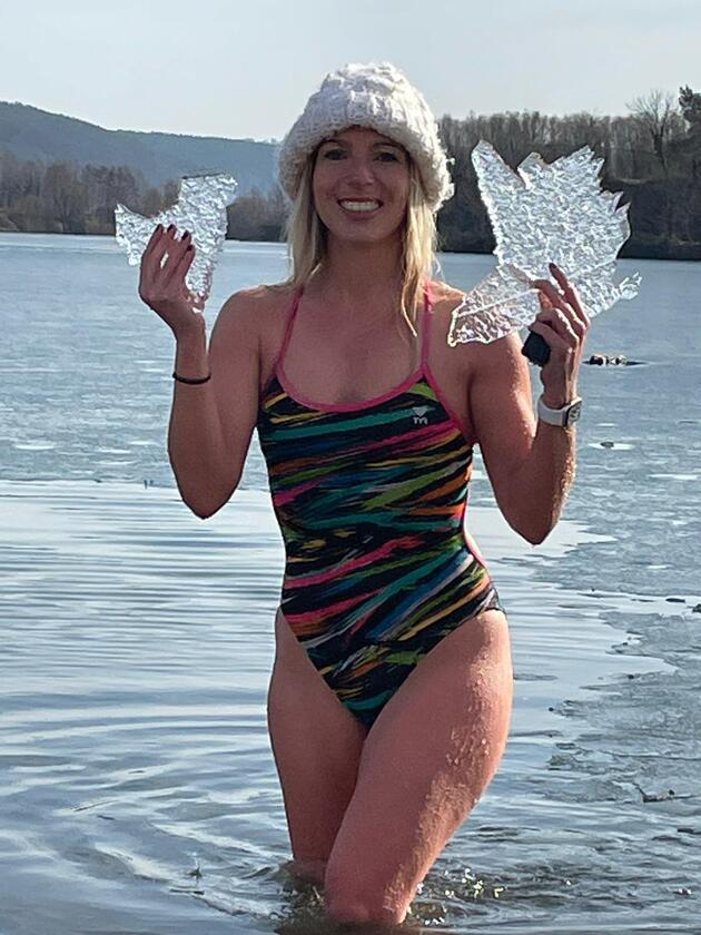 Tüm denizleri yüzerek aştı, şimdi buzlu göle girdi
