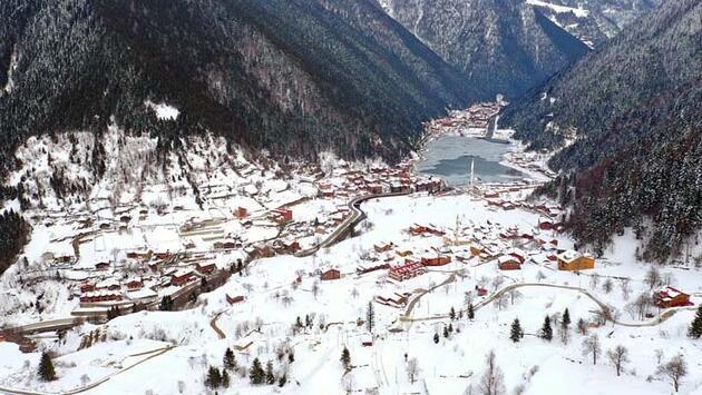 Her mevsim ayrı güzel! Buz tutan Uzungöl günübirlik tatilcilerin ilgi odağı oldu