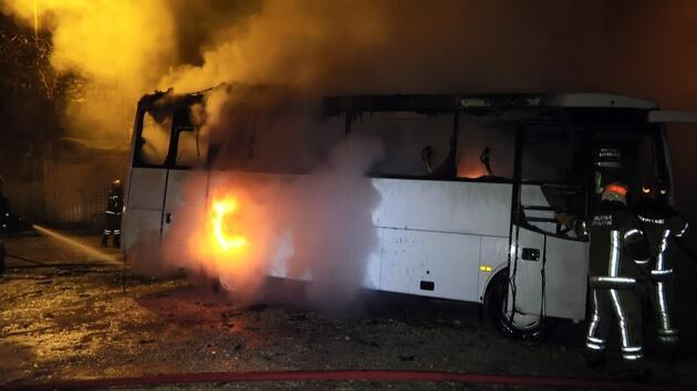 Park halindeki 2 otobüs alev alev yandı, 2 kişi dumandan etkilendi