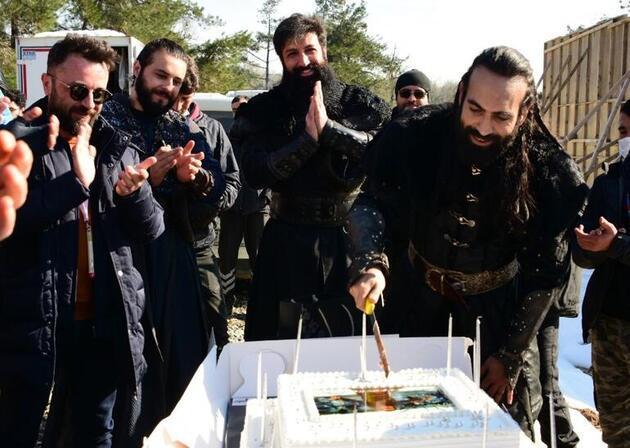 Buğra Gülsoy'a sette sürpriz kutlama