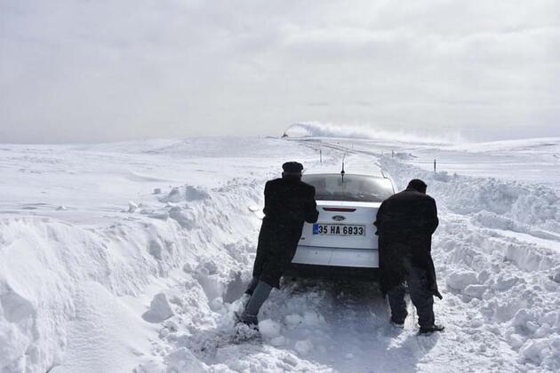 Karlı yolda mahsur kalan 100 kişi 4 saatte kurtarıldı