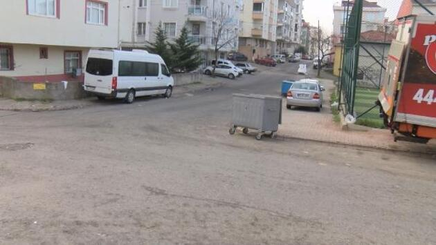 Kaza yapan araçla park halindeki otomobilin arasında kaldı
