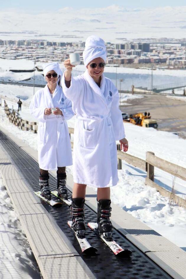 Rus turistler, Palandöken'de bornozla kayıp, bikiniyle poz verdi